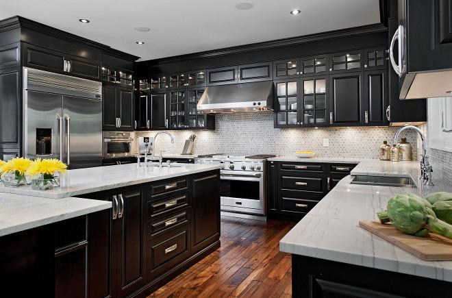 Cuisine classique, armoires noires